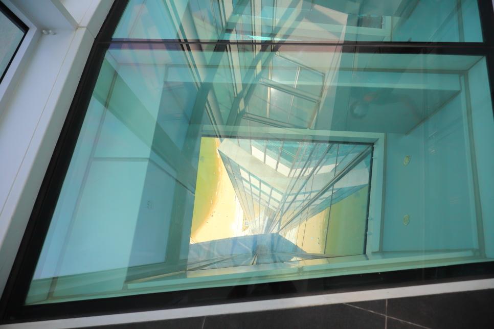 Busan X the Sky cũng vậy. Mặt kính trong suốt có thể nhìn thấy bên dưới mặt đất với độ cao 100 tầng