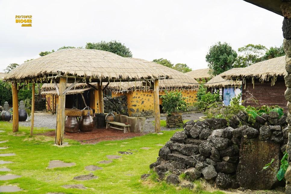 trong làng sẽ có một số ngôi nhà mở cửa sẵn để bạn có thể vào bên trong tham quan
