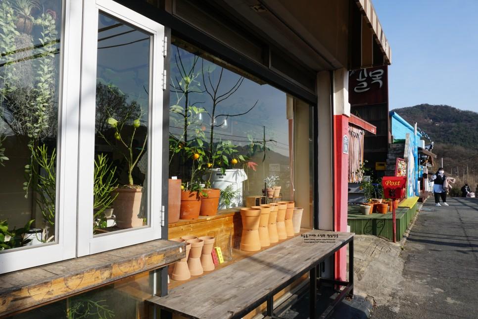 Đi hết một vòng làng sẽ có một quán cà phê và quán nhỏ bán những thứ dễ thương