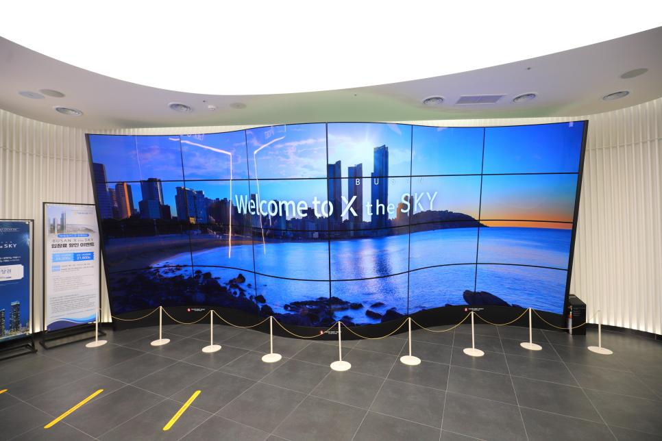 Tầng 1 là khu bán vé tham quan, ở đây cũng trình chiếu nhiều video về Busan X the Sky