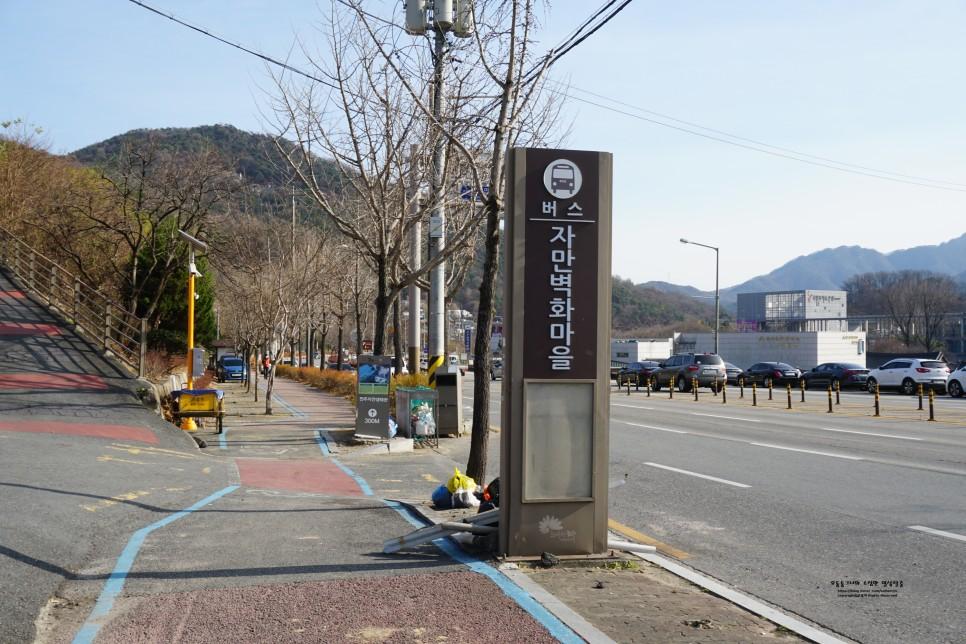 Ngay trước mặt cũng có một trạm xe buýt dành cho những ai muốn đi du lịch Jeonju