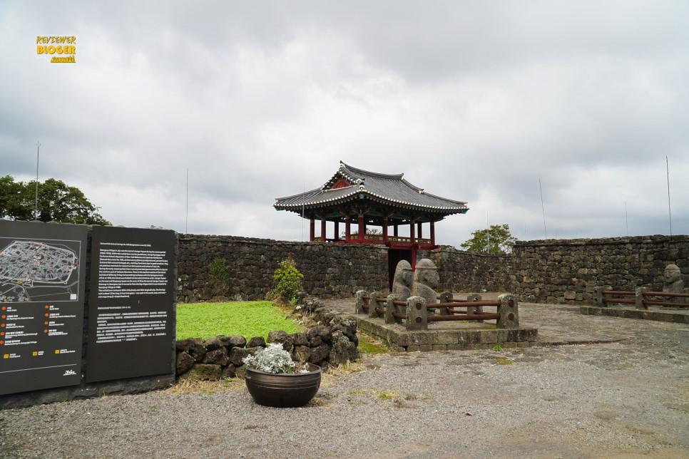 cổng pháo đài trong làng dân gian là biểu tượng của Jeju