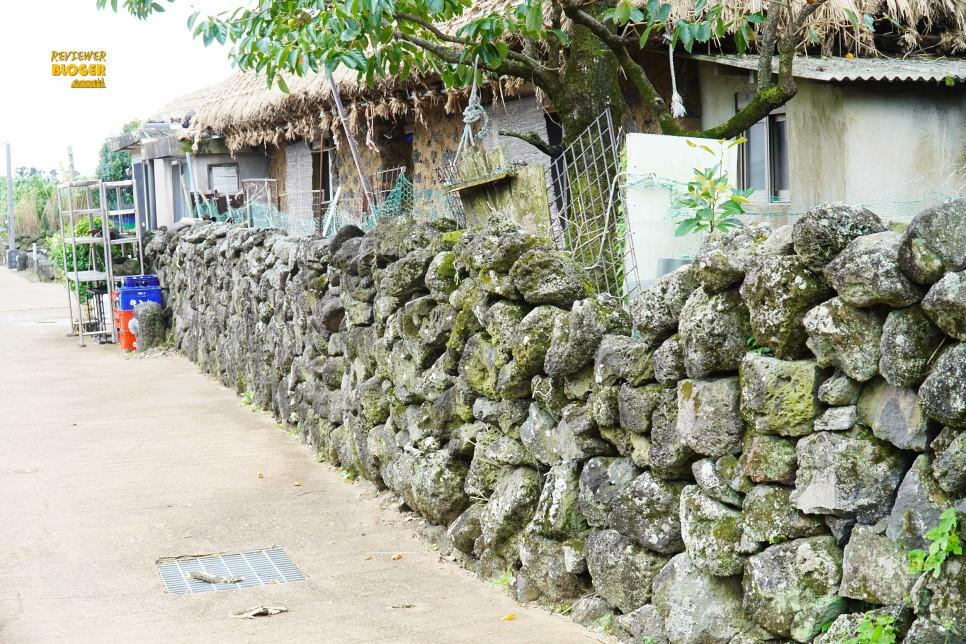 Những bức tường đá ở đây trông rất sống động